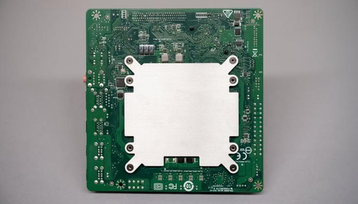 zagadochnyi-kompiuter-amd-4700s-desktop-kit-pokazalsia-na-fotografiiakh_6.jpg